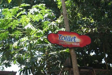 Papan penunjuk Toilet di Objek Wisata Owabong, Purbalingga